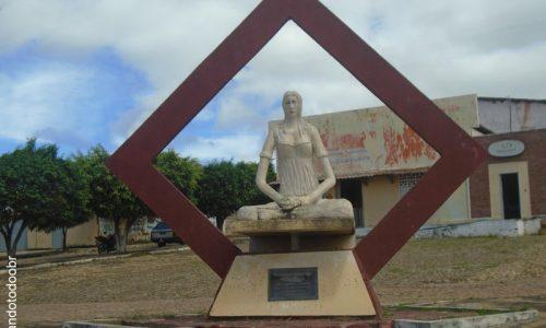 Araripe - Estátua em homenagem a Raspadeira de Mandioca