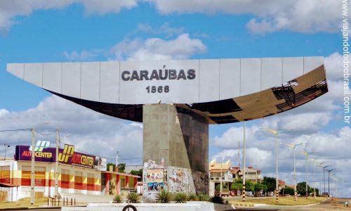 Caraúbas - Pórtico na entrada da cidade