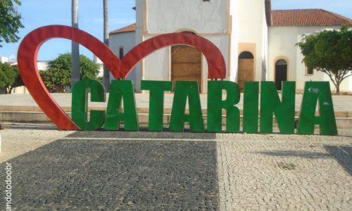 Catarina - Letreiro na Praça da Igreja Matriz de São José
