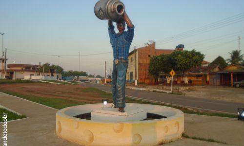 Nova Mamoré - Estátua na Praça da Matriz