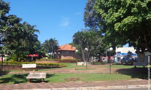 Paraúna - Praça da Igreja Matriz do Menino Jesus