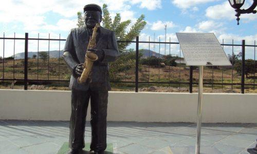 Flores - Estátua em homenagem a Moacir Santos