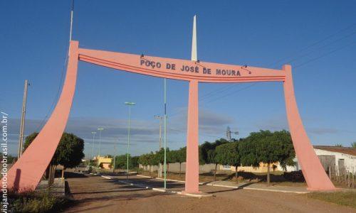 Poço de José de Moura - Pórtico na entrada da cidade